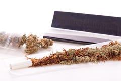 Cannabis secado no papel de rolamento com filtro Imagens de Stock