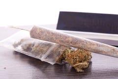 Cannabis secado no papel de rolamento com filtro Fotografia de Stock Royalty Free