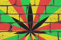 Cannabisbladet som visades på tegelsten, färgade väggen i stil av rastaen Teckning för sprej för grafittigatakonst på stencilen royaltyfri illustrationer