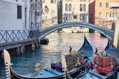 2 гондолы на cannal в Венеции, Италии день солнечный стоковая фотография rf