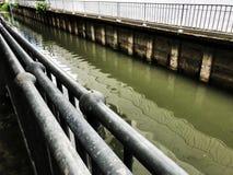 Cannal de la contaminación sucio imagenes de archivo