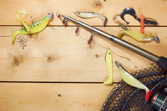 Canne à pêche avec de diverses amorces de silicone Image libre de droits