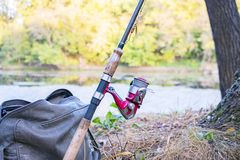 Canne à pêche avec la bobine de rotation Photo libre de droits