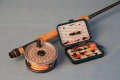 Canne à pêche avec la bobine et les mouches Image libre de droits