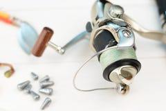 Canne à pêche avec la bobine, les cuillers, l'attirail et les wobblers dans la boîte pour pêcher ou pêcher un poisson prédateur s Photo libre de droits