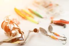 Canne à pêche avec la bobine, les cuillers, l'attirail et les wobblers dans la boîte pour pêcher ou pêcher un poisson prédateur s Photographie stock