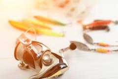 Canne à pêche avec la bobine, les cuillers, l'attirail et les wobblers dans la boîte pour pêcher ou pêcher un poisson prédateur s Images libres de droits