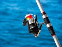 Canne à pêche avec une bobine de rotation Photographie stock libre de droits