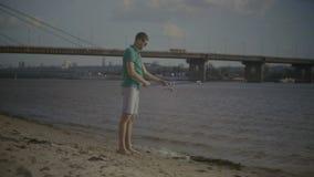 Canne à pêche de bâti positif d'homme tout en pêchant clips vidéos