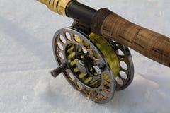 Canne à pêche de mouche sur la fin de blanc  Photographie stock