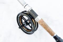 Canne à pêche de mouche sur la fin de blanc  Photographie stock libre de droits