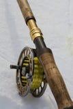 Canne à pêche de mouche sur la fin de blanc  Photo libre de droits