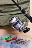 Canne à pêche et bobine avec des amorces de silicone Images libres de droits