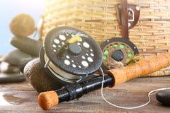 Canne à pêche et panier de mouche de plan rapproché Image libre de droits
