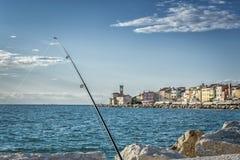 Canne à pêche et vieux port de Piran photos libres de droits