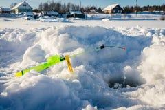 Canne à pêche pour la pêche d'hiver dans la neige Photographie stock