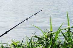Canne à pêche sur le lac de fond images libres de droits