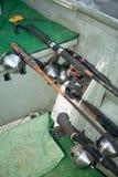 Canne da pesca, bobine ed attrezzature di pesca con l'amo in barca immagine stock libera da diritti
