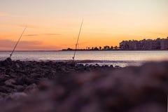 Canne da pesca con il tramonto fotografia stock libera da diritti