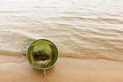 Canne da pesca e attrezzatura per la pesca costa sulla sponda del fiume, lago Fotografia Stock Libera da Diritti
