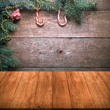 Canne de branche et de sucrerie d'arbre de Noël sur un mur en bois au-dessus de vieux d Photo libre de droits