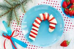 Canne de sucrerie comestible drôle - canne de sucrerie de banane et de fraise sur le pl Image libre de droits