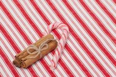 Canne de sucrerie de Noël Cannelle entière Sur le rouge photo stock