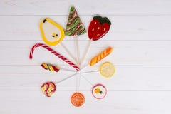 Canne de sucrerie et différentes lucettes lumineuses comme fruits et Christma Photo libre de droits