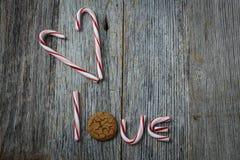 Canne de sucrerie orthographiant l'amour de mot Photo stock