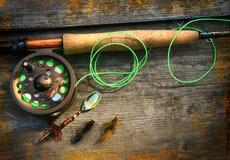 Canne à pêche de mouche avec des illustrations de polaroïds sur le bois Photo stock