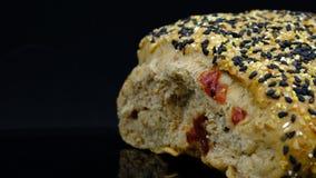 canneberge, pignon, pain noir et blanc de blé de sésame image libre de droits