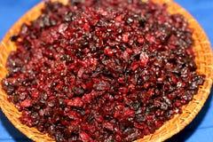 Canneberges rouges sèches dans une cuvette rustique sur la table bleue sélecteur Image libre de droits