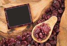 Canneberges sèches sur la table en bois - myrtillus de vaccinium photo libre de droits