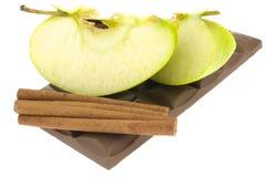 Cannella con una barra di cioccolato e di una mela Immagine Stock Libera da Diritti