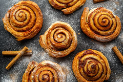 Cannella dolce tradizionale di recente al forno Rolls, turbinio immagine stock