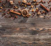 Cannella, spezie e frutti secchi per la preparazione della bevanda del vino Vista superiore con la disposizione del piano e lo sp fotografie stock libere da diritti
