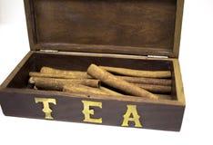 Cannelle dans la boîte en bois à thé d'isolement sur le blanc Image libre de droits