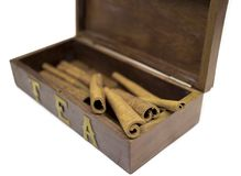 Cannelle dans la boîte en bois d'isolement sur le blanc Image stock