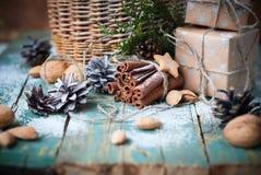 Cannelle de bâton de boîtes en bois d'ingrédients de Noël Photographie stock libre de droits