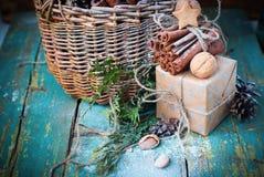 Cannelle de bâton de boîtes en bois d'ingrédients de Noël Images stock