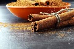 Cannelle moulue, bâtons de cannelle, attachés avec la corde de jute et le cinnam Photographie stock