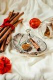 Cannelle moulue, bâtons de cannelle, attachés avec la corde rouge sur le vieux bois Images stock