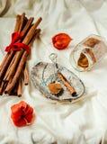 Cannelle moulue, bâtons de cannelle, attachés avec la corde rouge sur le vieux bois Photos libres de droits