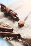 Cannelle moulue et bâtons de cannelle sur la table en bois, rustique et Photographie stock