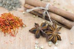 Cannelle, safron, anis d'étoile et peper sur une table en bois Image libre de droits