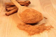 Cannelle sur la cuillère en bois Photo stock