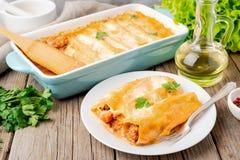 Cannelloni με την πλήρωση του επίγειου βόειου κρέατος, ντομάτες, που ψήνονται με bec στοκ εικόνες