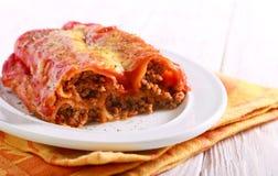 Cannelloni - οι σωλήνες ζύμης που γεμίζονται το κρέας με κομματιάζουν στοκ εικόνα με δικαίωμα ελεύθερης χρήσης