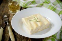 Cannelloni с Турцией в белом соусе Стоковые Изображения