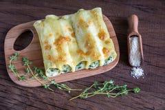 Cannelloni avec le ricotta et les épinards sur le conseil en bois Photos libres de droits